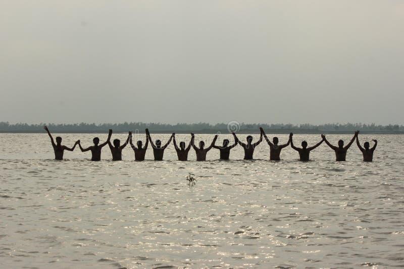 Tutti gli amici hanno preso una nuotata nel fiume Jamuna e hanno scattato una foto di gruppo fotografie stock libere da diritti