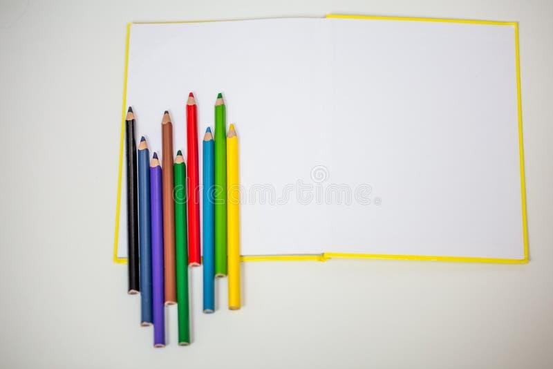 Tutti per creatività dei bambini, matite, forbici, carta colorata immagini stock libere da diritti