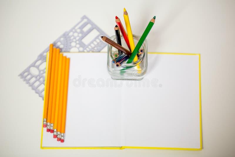 Tutti per creatività dei bambini, matite, forbici, carta colorata fotografia stock libera da diritti