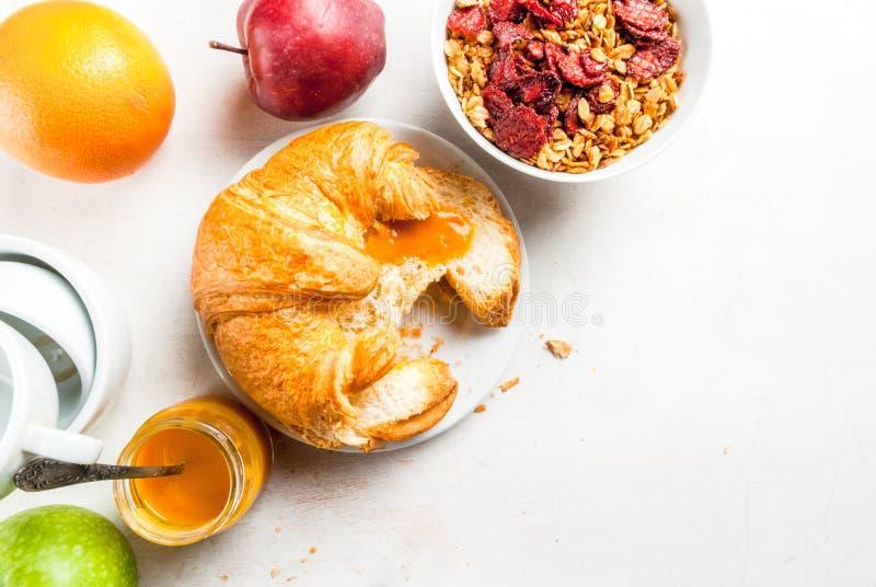 Tutto che abbiate bisogno di per facile e una prima colazione sana: croissan fotografia stock
