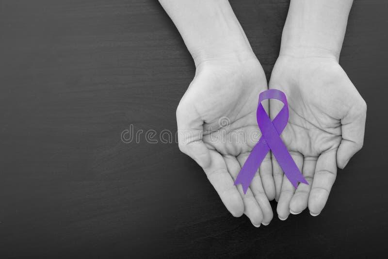 Tutto il nastro grynecologic di porpora del cancro fotografia stock