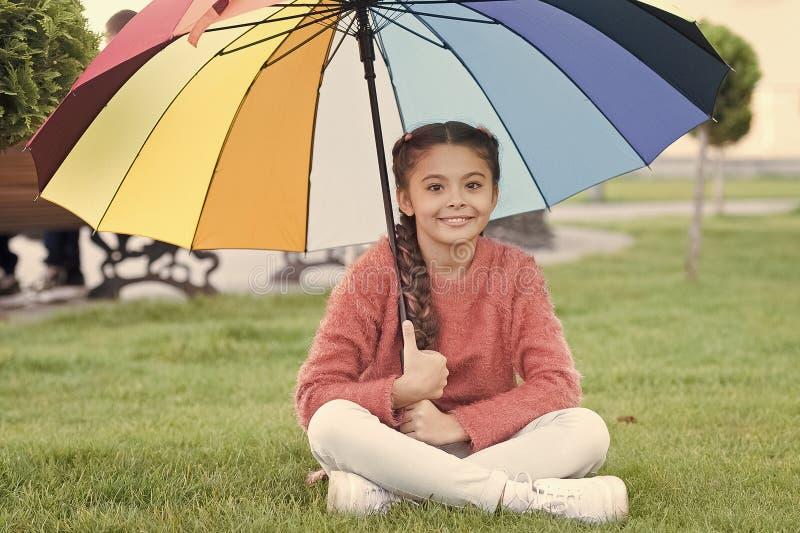 Tutto meglio con il mio ombrello Accessorio variopinto per l'umore allegro Capelli lunghi del bambino della ragazza con l'ombrell fotografia stock libera da diritti