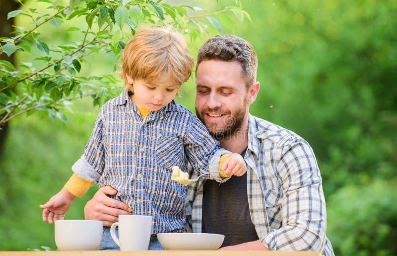 Tutto ? pi? divertimento con il padre Nutrizione organica Concetto sano di nutrizione Abitudini di nutrizione La famiglia gode di fotografie stock libere da diritti