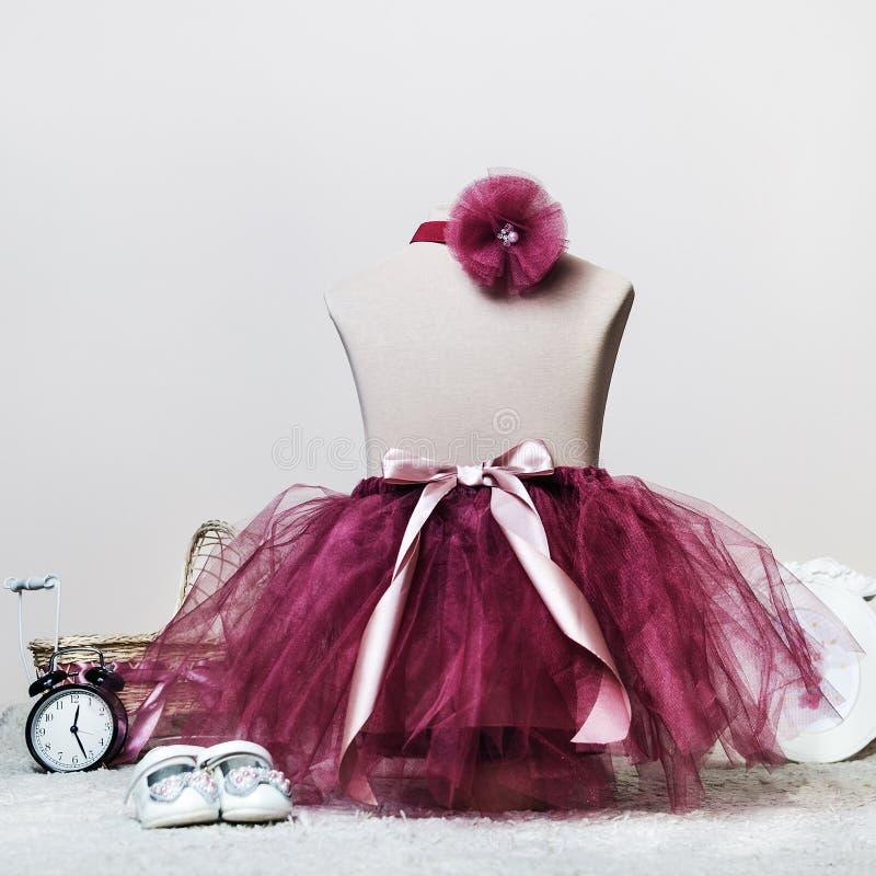 Tutu ed arco di balletto della gonna del vestito dal bambino per un tiro di foto sull'adattamento del manichino immagini stock libere da diritti
