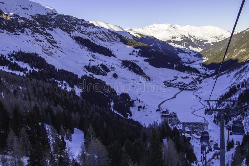 Tux, Tirol, Schwaz, Áustria - 12 de fevereiro de 2015: Estância de esqui na geleira de Hintertux imagens de stock royalty free