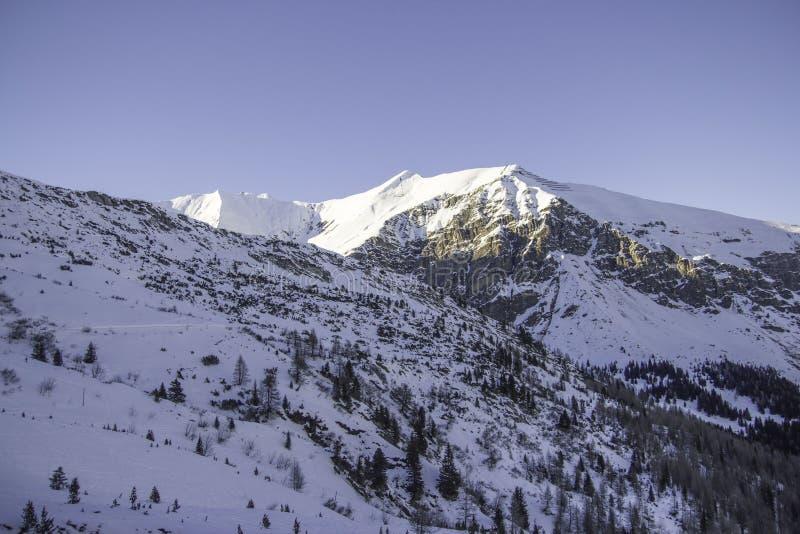 Tux, Tirol, Schwaz, Áustria - 12 de fevereiro de 2015: Estância de esqui na geleira de Hintertux foto de stock royalty free