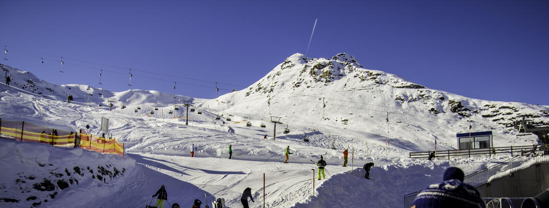 Tux, Tirol, Schwaz, Áustria - 12 de fevereiro de 2015: Estância de esqui panorâmico na geleira de Hintertux fotografia de stock royalty free