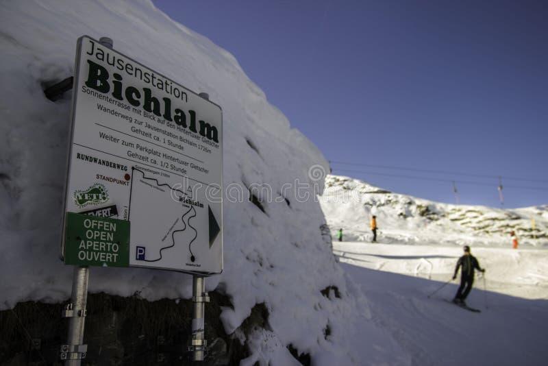 Tux, Tirol, Schwaz, Áustria - 12 de fevereiro de 2015: Estância de esqui panorâmico na geleira de Hintertux fotografia de stock