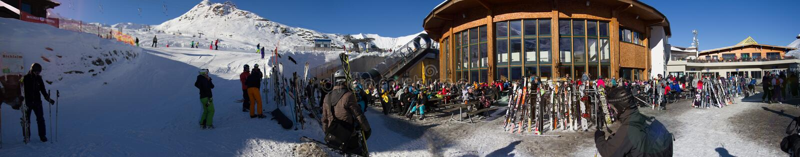 Tux, Tirol, Schwaz, Áustria - 12 de fevereiro de 2015: Estância de esqui panorâmico na geleira de Hintertux imagem de stock royalty free