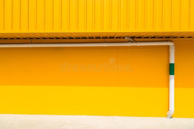 Tuyau Blanc Sur Le Mur Jaune Extérieur Image Stock Image