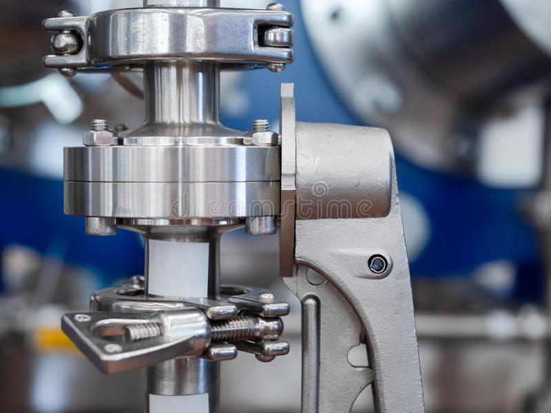 Tuyau d'acier inoxydable avec la valve image stock