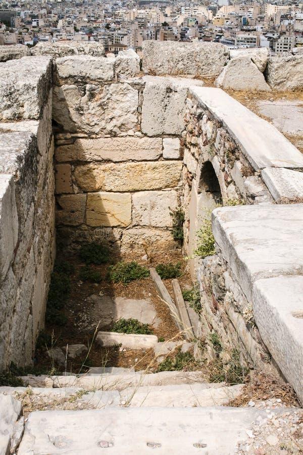tuyau d'eaux d'égout dans l'Acropole et au-dessus de vue d'Athènes photo stock