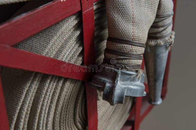 Tuyau d'incendie tordu sur le bouclier du feu image libre de droits