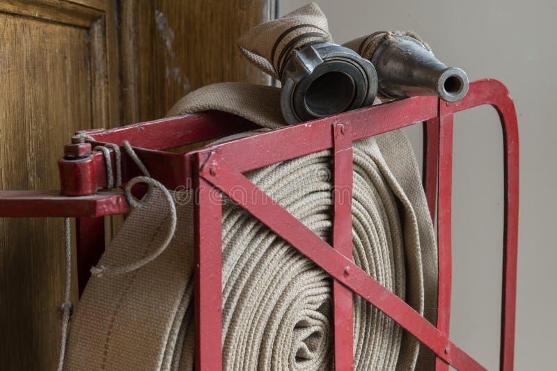 Tuyau d'incendie tordu sur le bouclier du feu photo stock