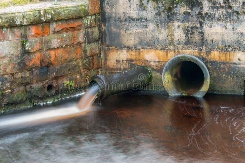 Tuyau de débordement de l'eau photo libre de droits