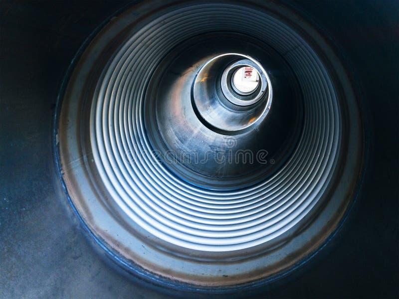 Tuyau en métal à l'intérieur de vue photos stock