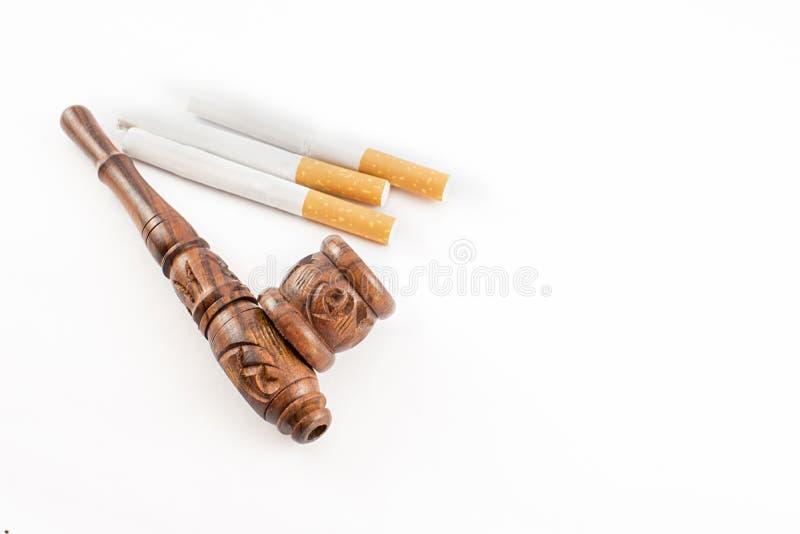 Tuyau et cigarettes image stock