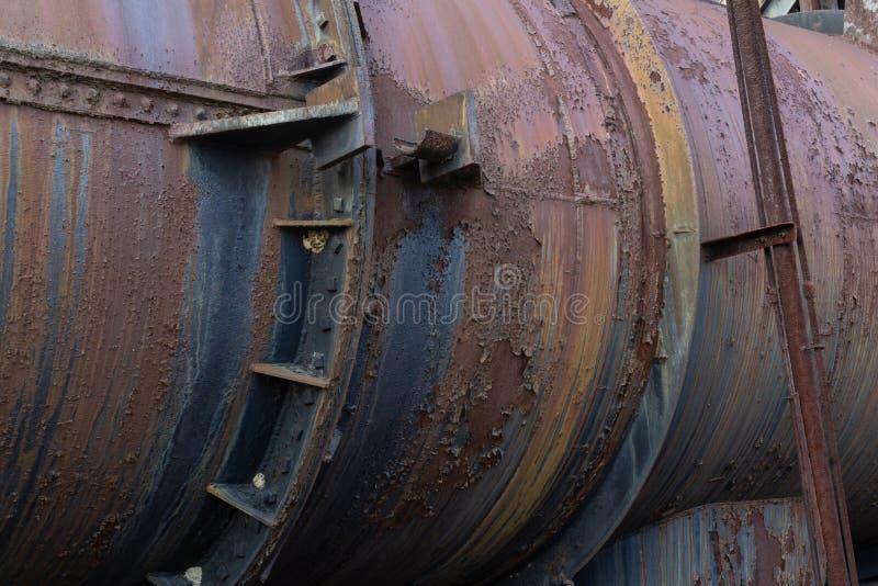 Tuyau industriel en métal avec des garnitures, construction de rivet, patine de rouille images stock