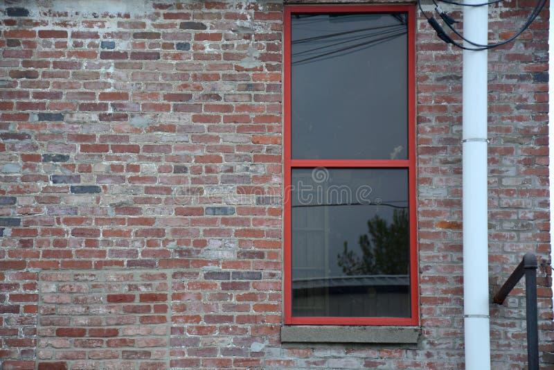 Tuyau près de fenêtre rouge image stock