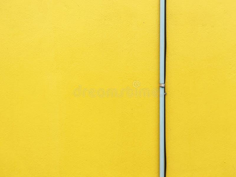 Tuyau sur le mur jaune photographie stock libre de droits