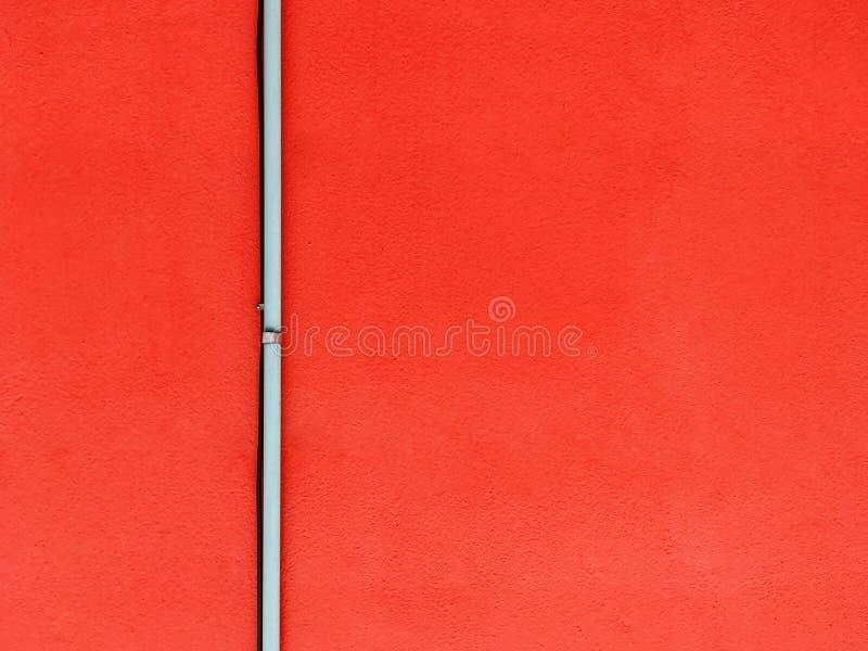 Tuyau sur le mur rouge photographie stock