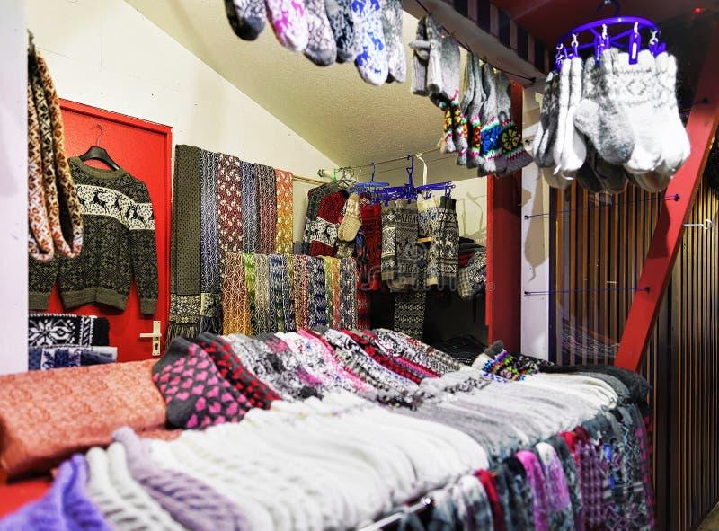 Tuyau tricoté coloré au marché de Noël de rue de Riga image stock