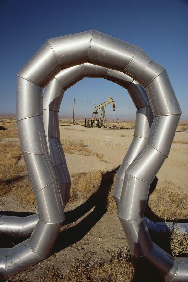 Tuyauterie au gisement de pétrole photographie stock libre de droits