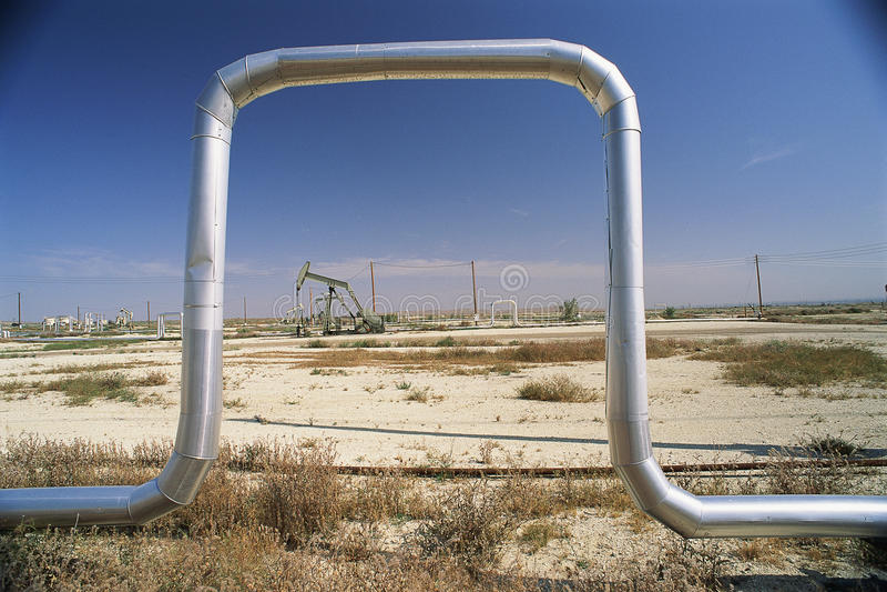 Tuyauterie au gisement de pétrole image libre de droits