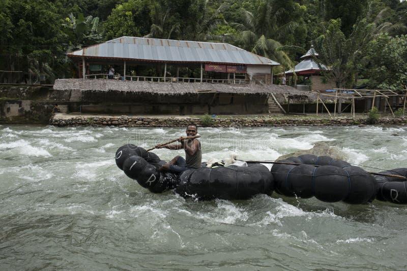 Tuyauterie d'homme en bas de la rivière Bukit Lawang, Sumatra, Indonésie images libres de droits