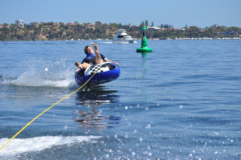 Tuyauterie de l'eau skiiing le garçon de l'adolescence photographie stock libre de droits