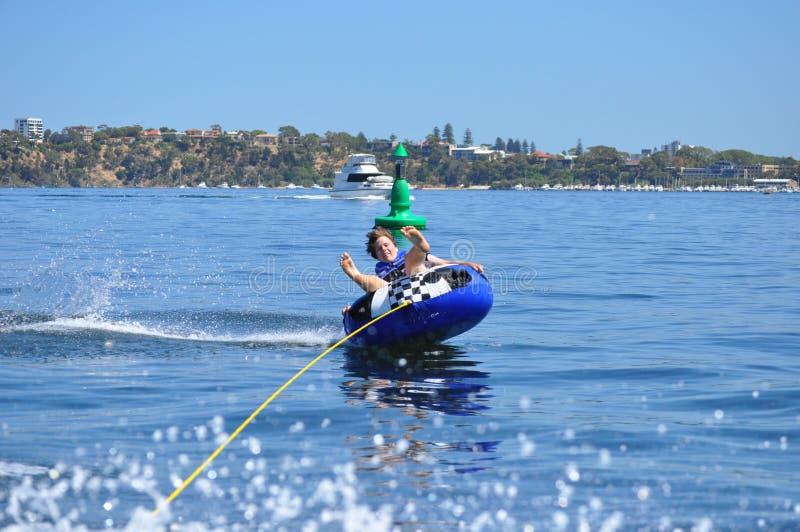 Tuyauterie de l'eau skiiing le garçon de l'adolescence image libre de droits