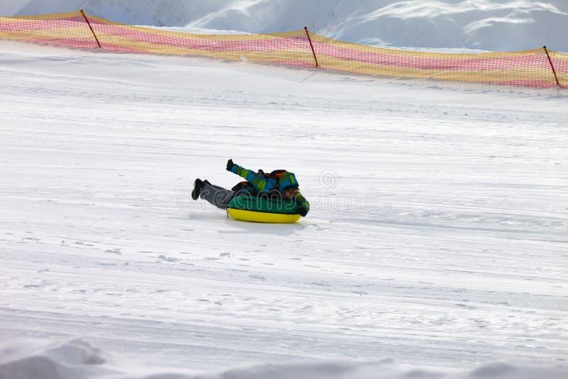 Tuyauterie de neige sur la station de sports d'hiver photo stock