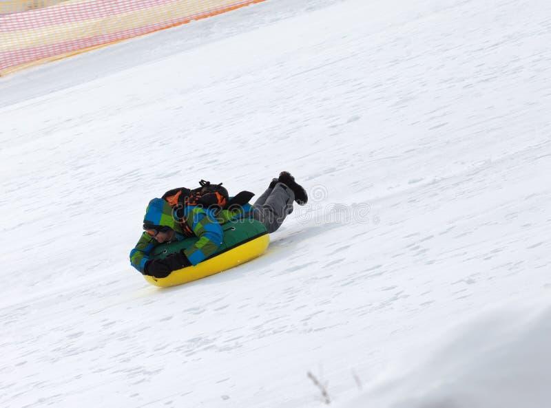Tuyauterie de neige sur la station de sports d'hiver au jour du soleil en montagnes neigeuses photo stock