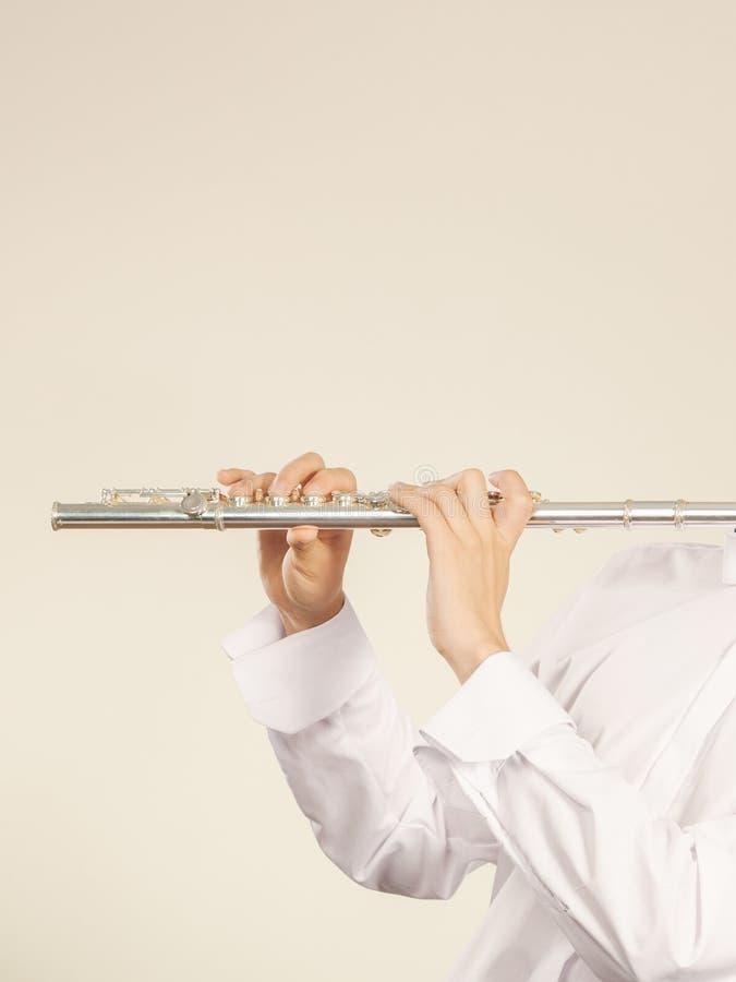 Tuyautez l'instrument de musique dans des mains de musicien de flûtiste images stock