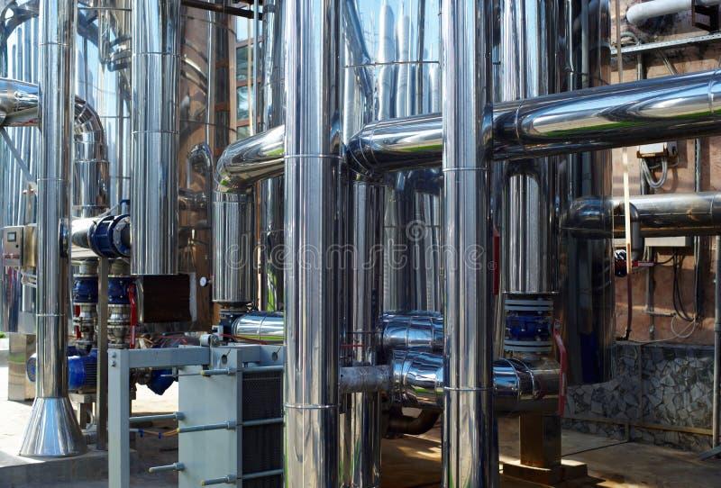 Tuyaux d'acier inoxydables brillants, réservoirs pour l'industrie alimentaire photographie stock libre de droits