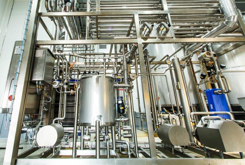 Tuyaux d'acier inoxydables brillants, réservoirs pour l'industrie alimentaire photos stock