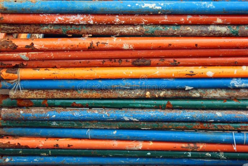 Tuyaux d'acier rouillés sales avec la peinture de écaillement photos stock