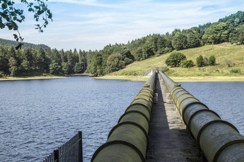 Tuyaux d'approvisionnement au réservoir de Ladybower dans Derbyshire, Angleterre photos stock