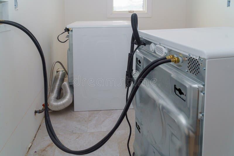 Tuyaux d'installation à la machine à laver image libre de droits