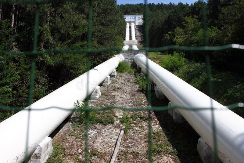 Tuyaux d'une centrale hydroélectrique en nature Barrage hydro-électrique d'Iskar de lac Usine d'énergie hydroélectrique de Kokaly images stock