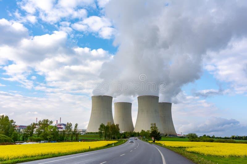 Tuyaux de centrale thermique en Europe photos libres de droits