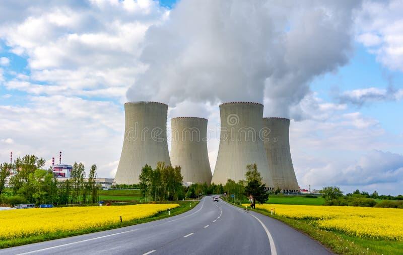 Tuyaux de centrale thermique en Europe image stock