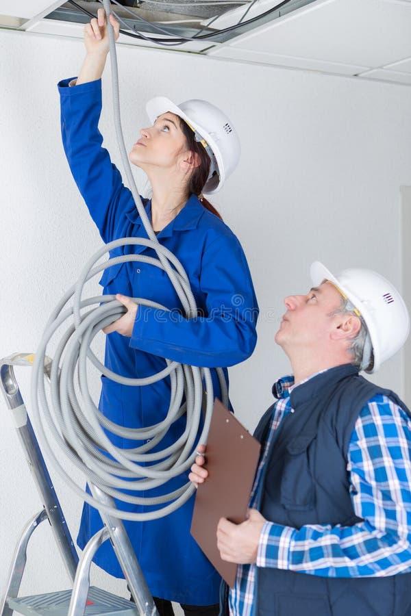 Tuyaux de mise eleectrician femelles dans le plafond photo stock