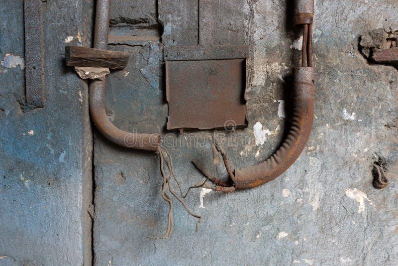 Tuyaux en m?tal sur un mur de d?composition photo libre de droits