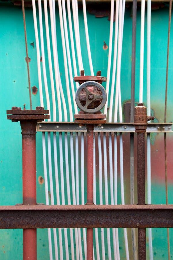 Tuyaux et câbles au chantier naval images stock