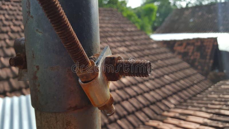 Tuyaux et rouille de fer due à l'eau de pluie image libre de droits