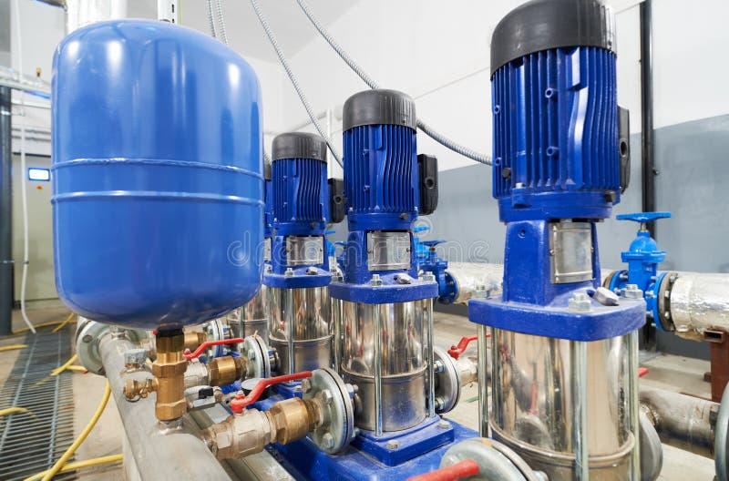 Tuyaux et valve dans la station de pompe à eau image libre de droits