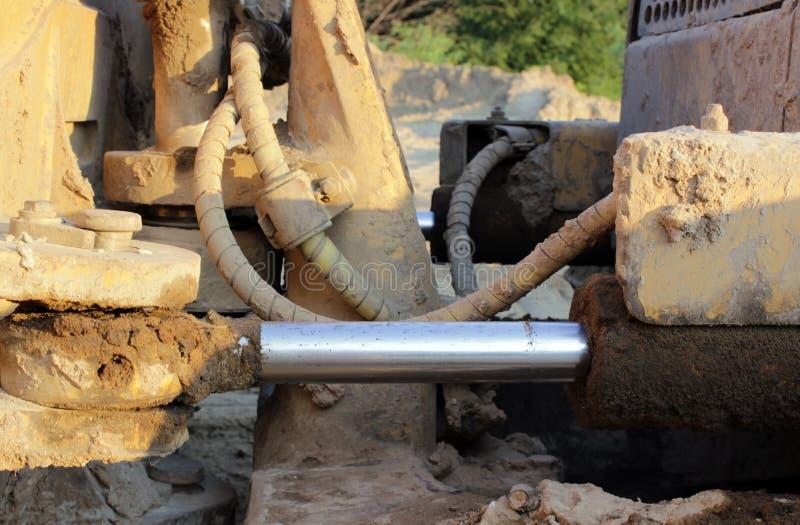 Tuyaux hydrauliques sur un piston contre le système photo libre de droits