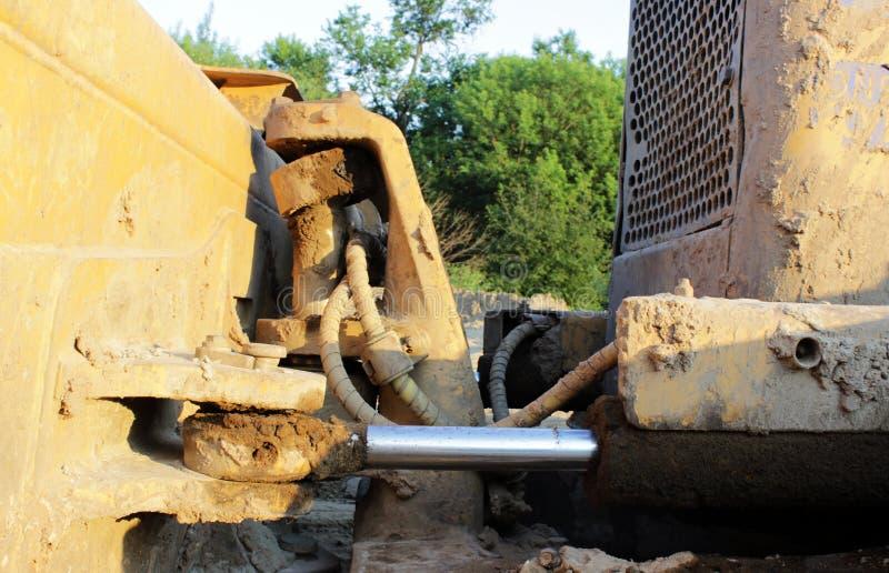 Tuyaux hydrauliques sur un piston contre le système photographie stock libre de droits