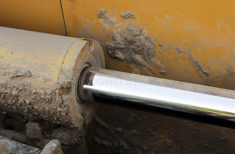 Tuyaux hydrauliques sur un piston contre le système photos libres de droits